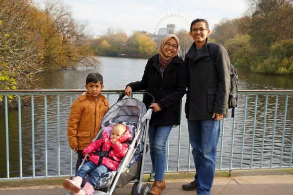Dengan keluarga