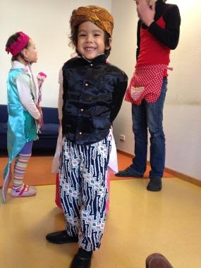 Hito dengan pakaian adat Jawa di acara sekolahnya