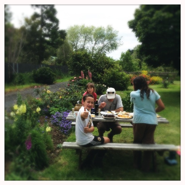 Menikmati summertime di taman rumah