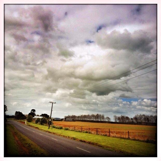 Suasana pedesaan dengan long clouds