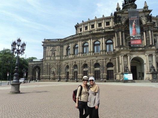 Di depan Semperoper bersama Meli (my twin sister)