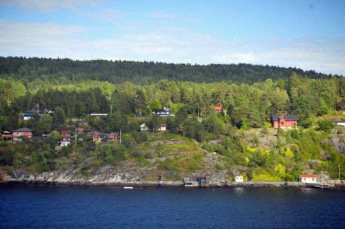 Out of 5 millions lucky people who live in Norway, these owner of beautiful houses by the sea are probably even luckier