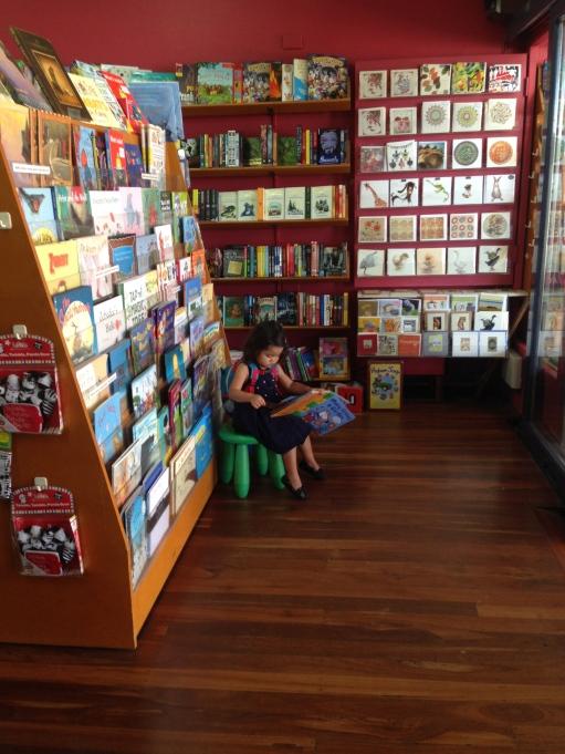 suburb dekat rumah namanya leederville, kita suka ke Oxford Street isinya jajaran toko dan berbagai tempat makan, salah satunya kita suka ke toko buku ini, bukunya lucu2 bgt