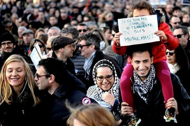 dans-le-flot-des-manifestants-un-message-divergeant-balaye_1260335_1200x800