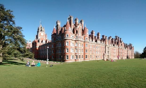 Foto 14a. sudut foto kastil Royal Holloway yang paling bagus menurut saya