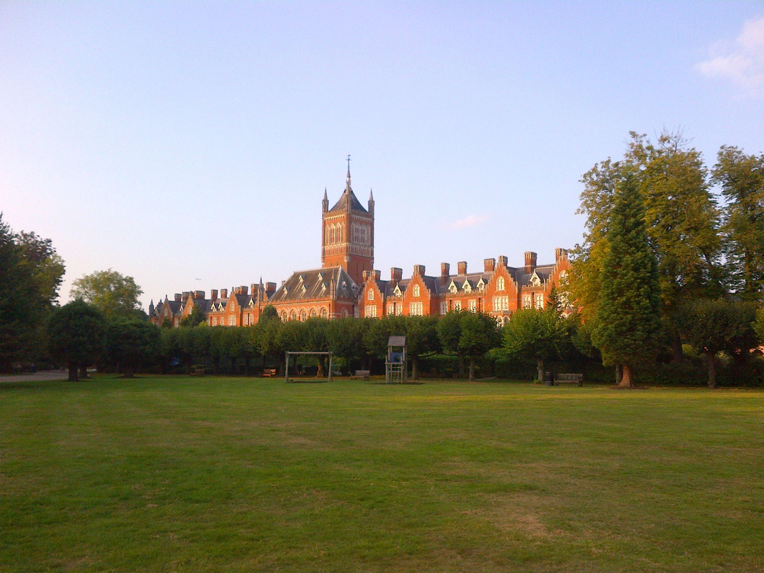 Foto 14c. Kastil kembaran Royal Holloway yang ada di Virginia Water. sekarang sudah menjadi perumahan.