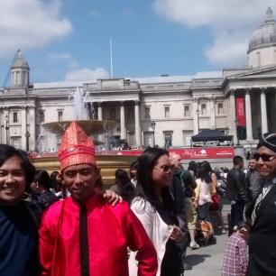Foto 38c. Bertemu teman lama sebagai pengisi acara Hello Indonesia di Trafalgar Square London