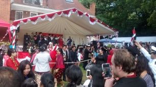 Foto 40a. Suasana keramaian di perayaan 17 agustus di Wisma Indonesia