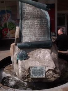Patung peringatan Magna Carta tepat di tengah Egham Highstreet