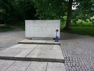 Monumen JFK di bukit Runnymede berdekatan dengan Monumen Magna Carta