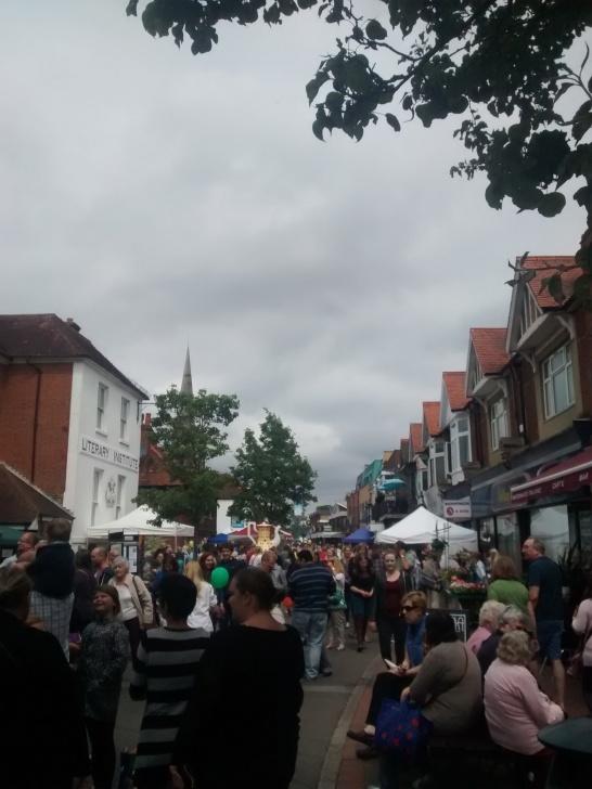 Foto 7. Suasana highstreet Egham yang ramai pada saat perayaan Magna Carta