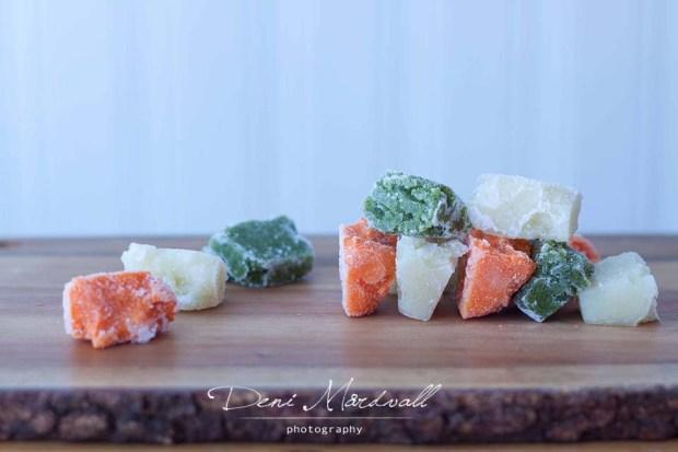 puree-buah-dan-sayur-yang-sudah-dibekukan-dengan-menggunakan-cetakan-ice-cube-dibuat-seperti-ini-untuk-memudahkan-porsi-dan-tidak-membuat-baru-setiap-harinya-stock-makanan-dibuat-seminggu-sekali
