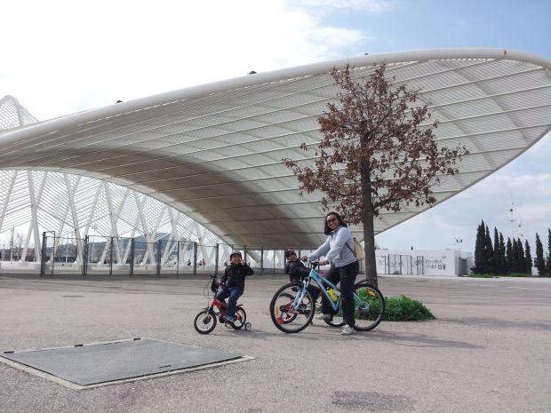 bermain sepeda di Stadion Olympiade OAKA