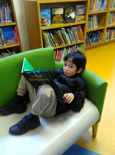 berkegiatan di perpustakaan lokal