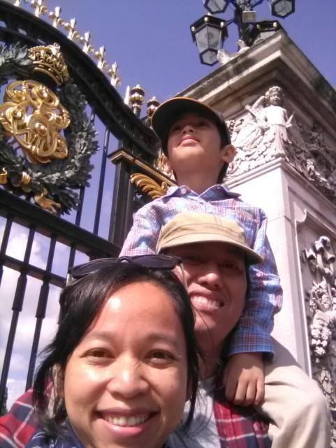 di depan gerbang Buckingham, harus digendong yaa supaya bisa lihat penjaga istana