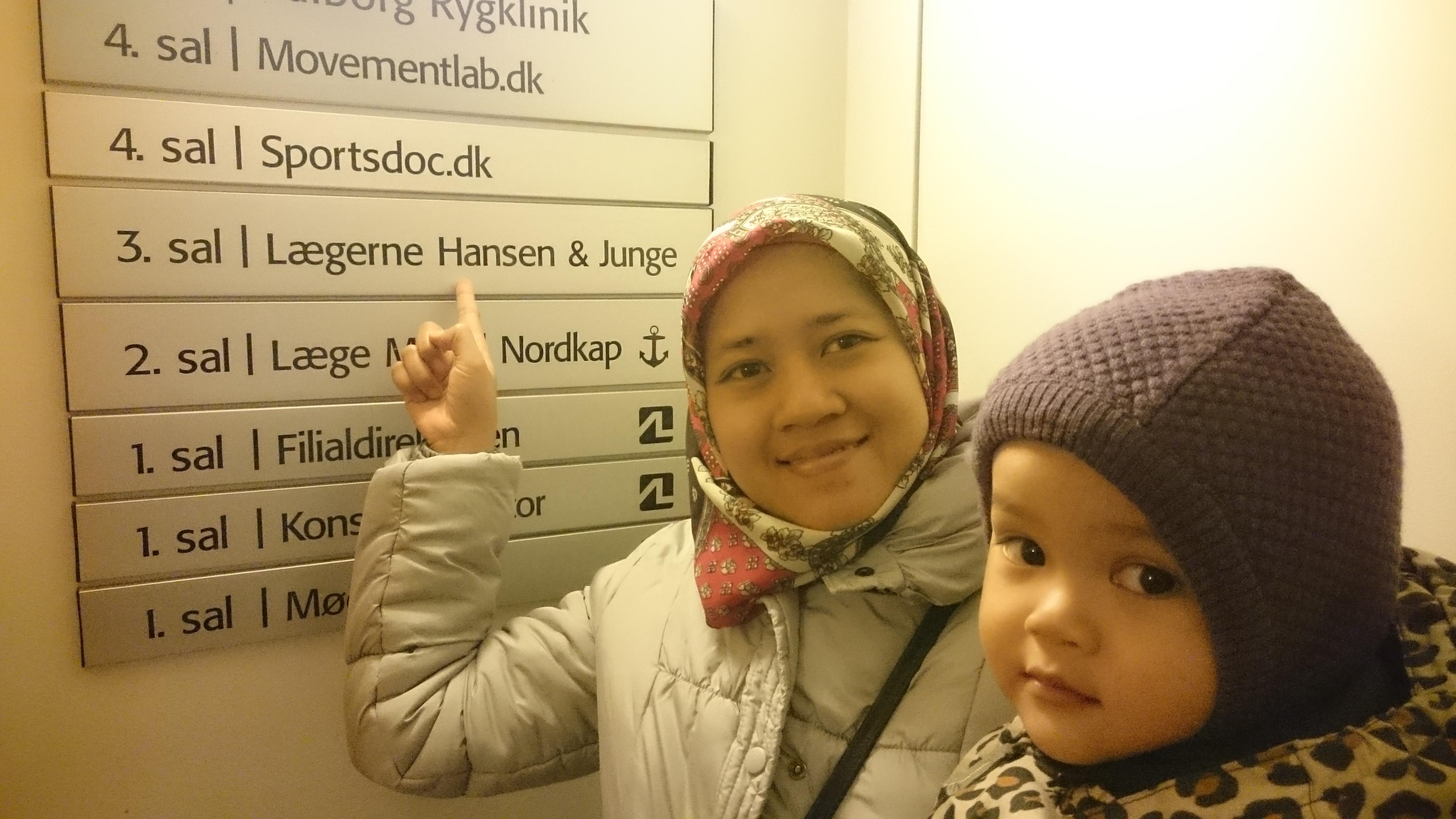 4)Berfoto di depan klinik dokter keluarga