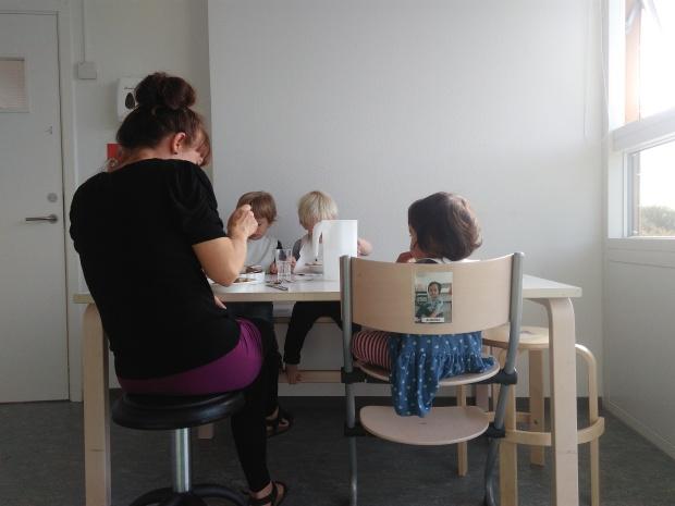 5) Makan siang bersama di vuggestue